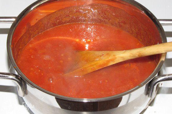 Добавить измельченные помидоры, посолить, поперчить. Готовить на среднем огне, часто перемешивая, 10 минут. Добавить мед, тщательно перемешать и готовить еще 5 минут. Снять с огня и остудить.