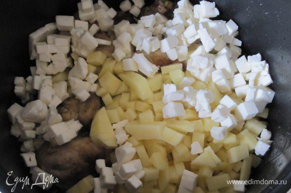 Выложить очищенный , нарезанный кубиками картофель и нарезанные плавленные сырки.
