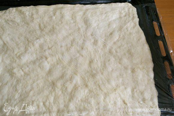 Раскатанное по противню тесто накрыть пленкой и убрать в спокойное место еще на 30 минут.