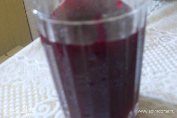 Приготовить желе. Из стакан смородины с сахаром через сито отжать сок. Разбавить его водой до объема стакана.
