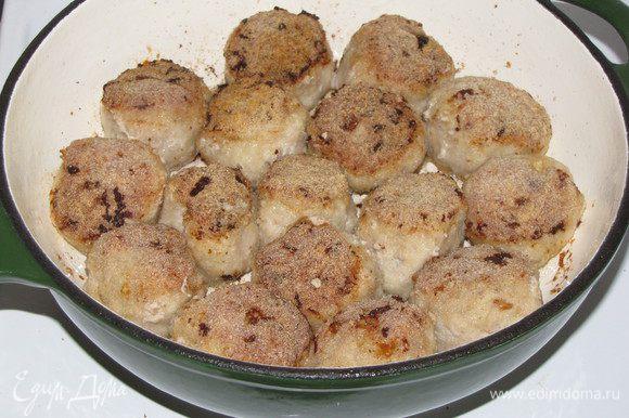 Разогреть в сковороде оливковое масло и обжарить шарики со всех сторон.