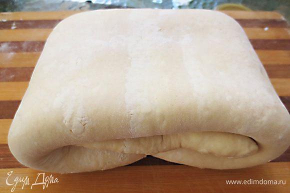 Снять верхний лист бумаги, перевернуть и положить на тесто, затем снять второй лист бумаги. Свернуть в 4 раза, накрыть и положить в холодильник на 1 час.