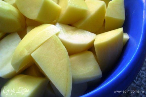 Тем временем крупно порезать картофель (средний я разрезала на четыре части).