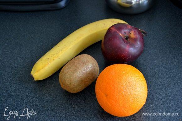 На 2 порции берем 1\2 банана, 1\2 киви, 1\2 апельсина, 1\2 яблока и мякоть кокоса. Все нарезаем мелкими кубиками.