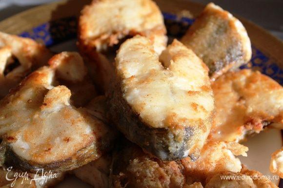 Готовые порции зажаренной рыбы складывать на тарелку и ждать следующую порцию.