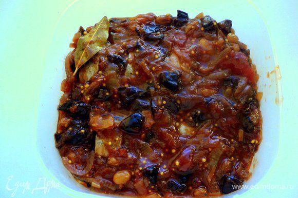 Сверху снова соус и так далее, перекладывая слои соусом. Судок накрыть крышкой и поставить в холодильник минимум на сутки.
