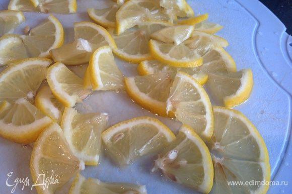 Лимон поерзать кружками и на четвертинки.