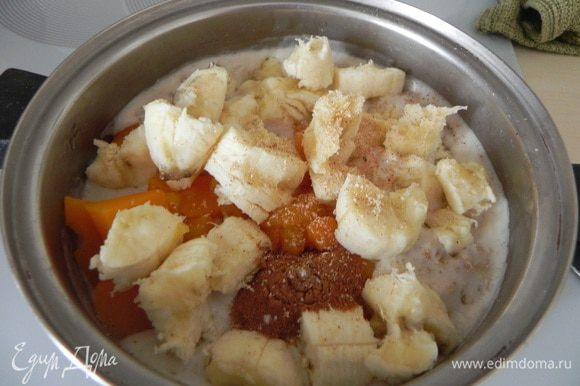 Затем в готовую кашу добавьте запеченную тыкву, банан, щепотку соли, корицу и мед по желанию.