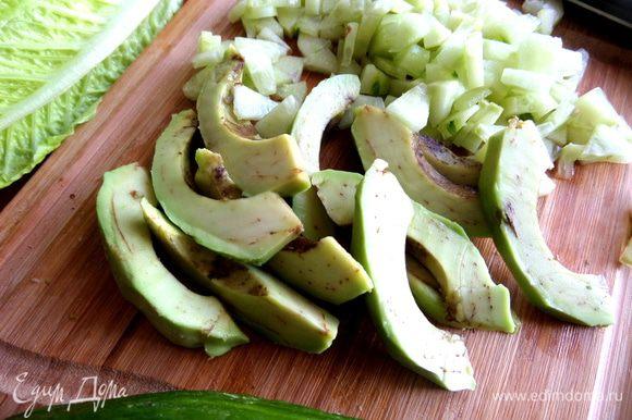 Авокадо очистить... А Вы знали,что авокадо-это большая ягода и бывает весом от 100 г до 1 кг? Созревает как и банан, снятым с дерева! Содержит углеводы, белки, витамины группы В, кальций, магний, фосфор, железо, цинк, снижает уровень холестерина в крови, способствует избавлению от лишнего веса!