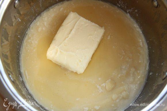 Добавить к крему размягчённое сливочное масло, взбить.
