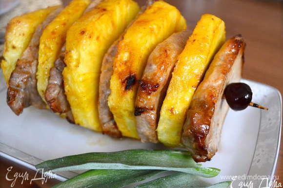 А еще мне это блюдо напомнило немного другую свинину...В АНАНАСАХ!!! http://www.edimdoma.ru/retsepty/53755-svinina-v-ananasah Также нежно, вкусно и сочно!!!