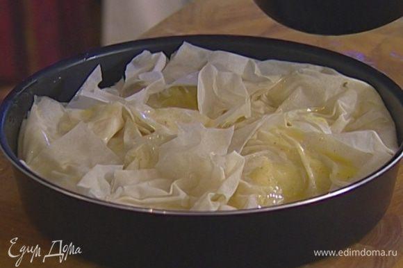 Сверху пирог смазать маслом и поставить в разогретую духовку на 30 минут.