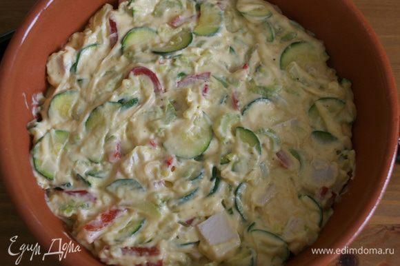 Переложить смесь в огнеупорное блюдо. Положить сверху мелко нарезанную курицу и посыпать ее оставшимся сыром.