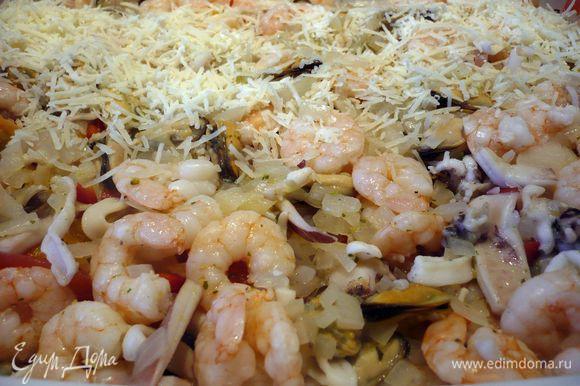 Грудку выкладываем на цукини и баклажаны, сверху кладем паприку, помидоры и морепродукты, заливаем горячим бульоном и посыпаем пармезаном.