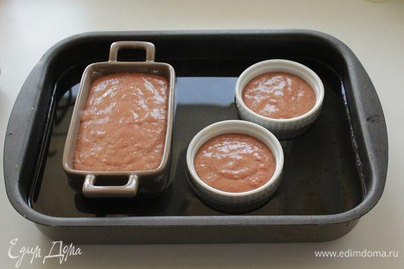 Смазать формы, сливочным маслом. Выложить фарш в форму плотно закрыть фольгой. Налить в противень воду (3- 4 см) и поставить форму с патэ. Запечь на водяной бане в течение 1 часа.