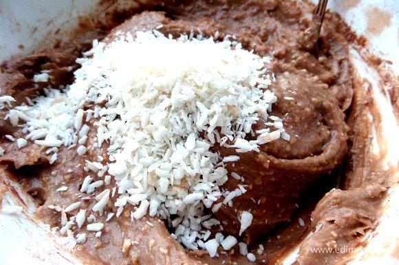 Добавить кокосовую стружку по вкусу.