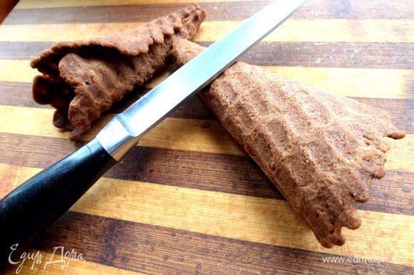 Тут нужен помощник или самой очень быстро свернуть горячий блинчик в рожок и приложить сверху ножик (моя технология!).