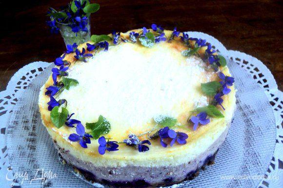 Готовый творожник охладить до комнатной температуры и поставить в холодильник на 6 часов, а лучше на ночь, для созревания. Перед подачей сырник посыпать сахарной пудрой и фиалковым сахаром, украсить по желанию цветочками фиалками.