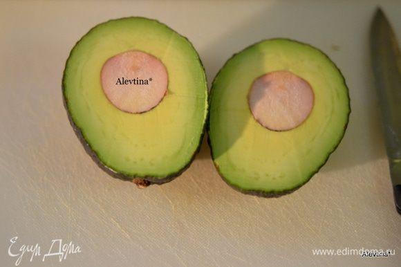 Авокадо разрезать, очистить от ядра и кожицы, нарезать дольками. Сладкий перец порезать.