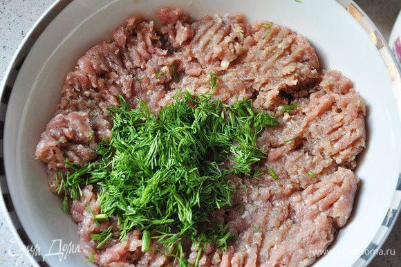 Мясо прокрутить через мясорубку, вместе с луком и картофелем. Посолить,поперчить,перемешать вместе с яйцом. Добавить мелко порезанный укроп.