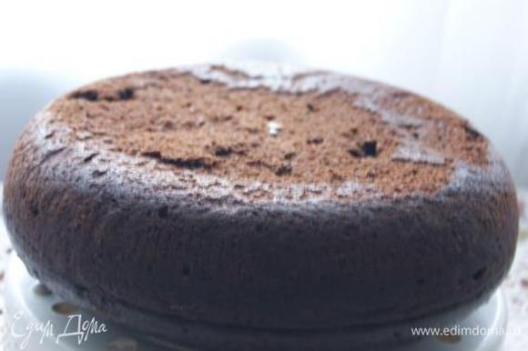 Выложить тесто в смазанную сливочным маслом чашу мультиварки, выпекать на режиме Мультиповар при 120 гр. 50 минут. Готовый бисквит остудить на решетке.