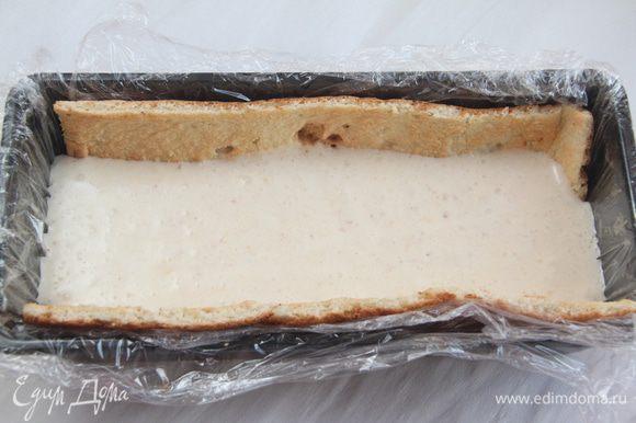 Сборка торта. Выложить мусс из личи (1/3 от общего объёма) на бисквит.