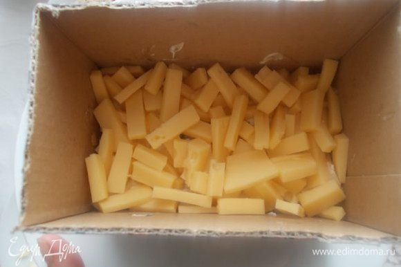 Вторым слоем идет сыр.,также его смазываем майонезом.