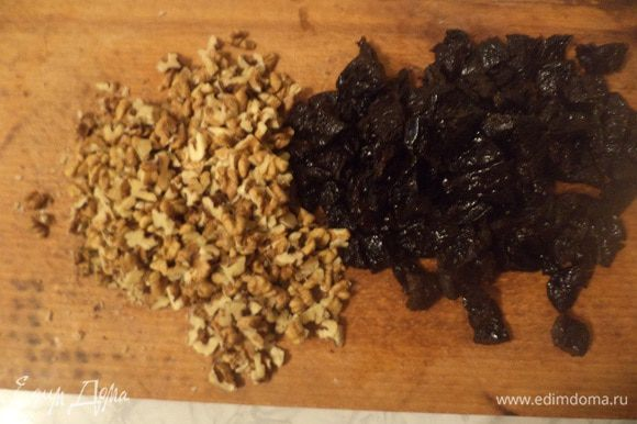 Орехи порубить мелкими кусочками. Чернослив нарезать.