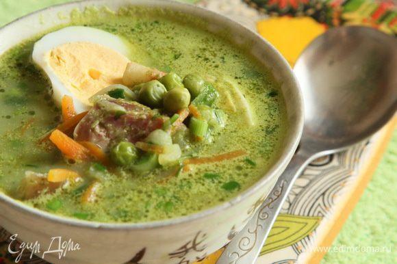 Собираем наше блюдо: в тарелку выкладываем нарезанную колбаску, наливаем наш легкий суп и выкладываем половинку яйца. Приятного аппетита! Очень вкусно!