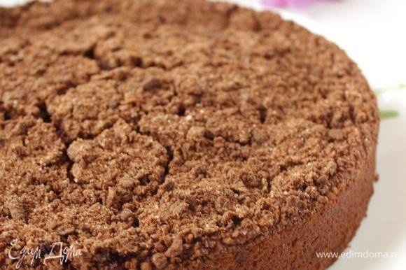 Готовому пирогу дайте полностью остыть.(я не дождалась и пирог немного потрескался при изъятии из формы).