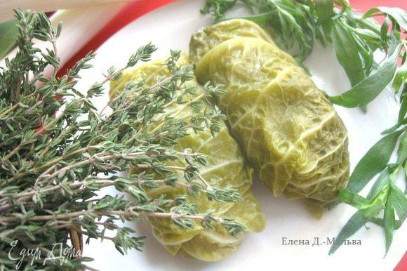 Для подачи можно использовать крем-фреш. Блюдо оформила веточкой эстрагона и соцветием капусты.
