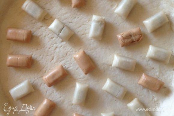 Выкладываем на тесто конфеты в произвольном порядке. У меня были с начинкой 2-х видов: молочной и карамельной.