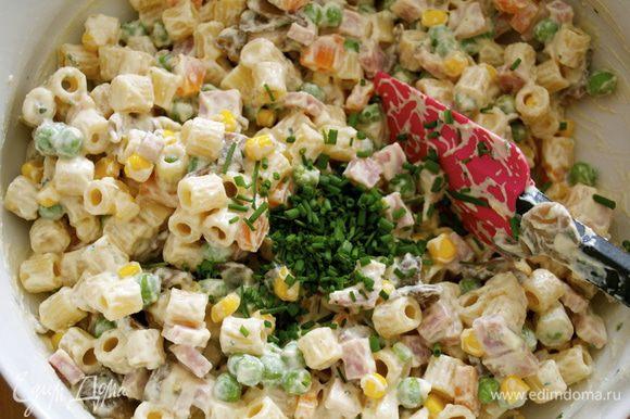 """Мелко нарезать """"перышки"""" зеленого лука и добавить к салату. Накрыть крышкой (пищевой пленкой) и убрать в холодильник на 1 час."""