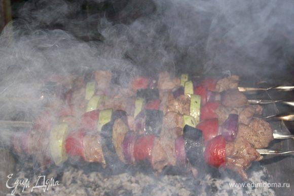 Располагайте шампуры с шашлыком так, чтобы создавалась «сплошная крыша» из мяса. В этом случае мы максимально используем жар углей.