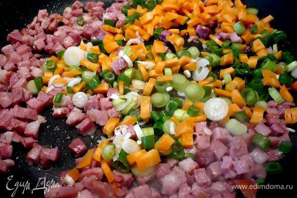 Разогреваем духовку до 200 градусов. Теперь приготовим начинку. Бекон порежем кубиком. Лук — колечками, томаты мелко порежем, порубим листочки с одной веточки розмарина. Хлеб поджарим в тостере. Порежем кубиком. Морковь порежем кубиком. Обжарим в оливковом масле бекон, добавим лук и морковь, обжарим все вместе в течение пары минут.