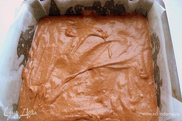 В 1/3 теста добавить какао и молоко, размешать. Форму размером 20х20 см застелить бумагой для выпечки, вылить тесто. Выпекать при температуре 190 градусов 25-30 минут. Готовый корж остудить и разрезать вдоль на 2 пласта.