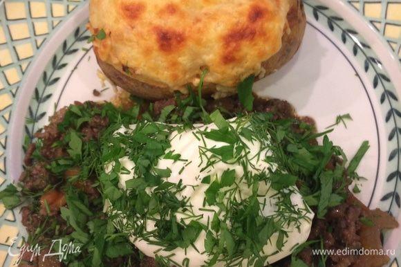 Готовый картофель выкладываем на тарелку! Рядом кладем рагу, на него - сметану и все посыпаем мелко нарубленной зеленью.