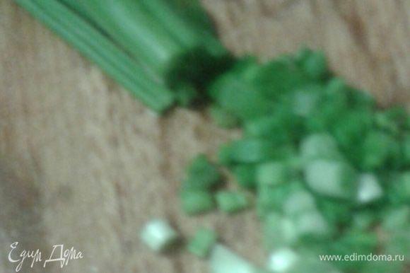 Зеленый лук мелко нарезать,