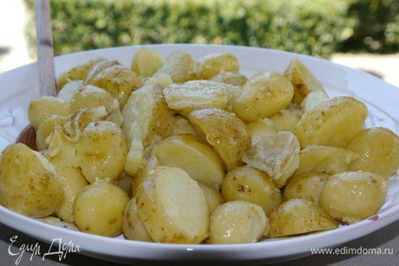 Готовый картофель выложить на блюдо, полить маслом, в котором он запекался, и подавать с салатом.