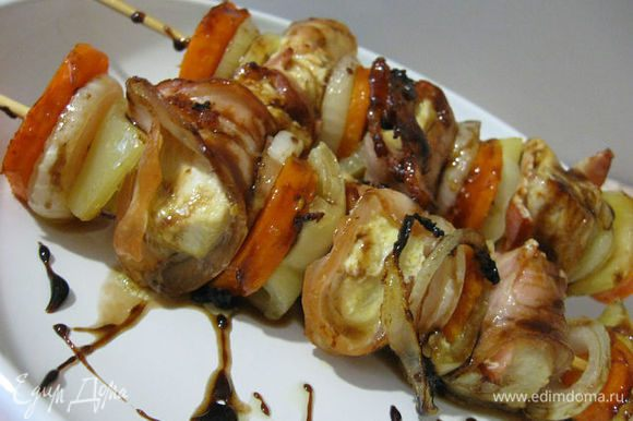 Готовый шашлычок полить тонкой струйкой соуса и начинать наслаждаться! Очень вкусно! Приятного аппетита!