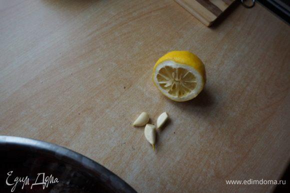 Чеснок измельчить, добавить в филе. Лимон выдавить в филе. Посолить, поперчить. Оставить мариноваться на 20 минут.