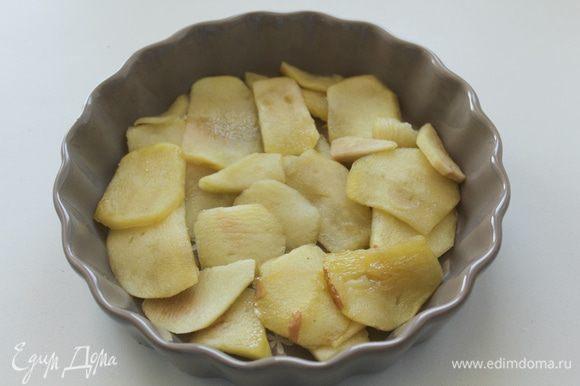 В смазанные маслом формы выкладываем яблоки.