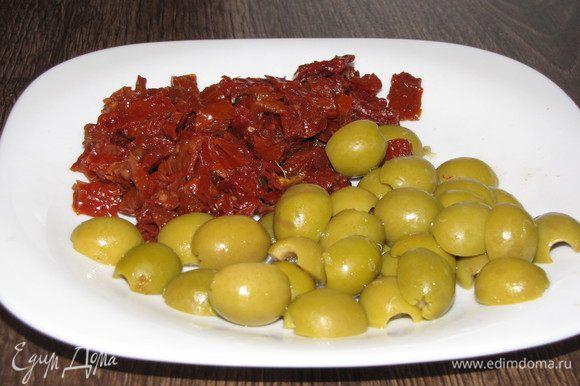 Пока язык остывает, нарезать вяленые томаты, предварительно слив масло. Оливки разрезать пополам.