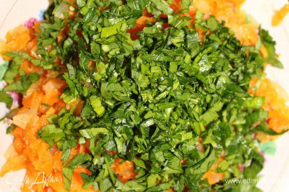 Когда овощи протушились, выложите их в глубокую миску и остудите. Петрушку мелко порубите, добавьте к моркови с луком и перемешайте.