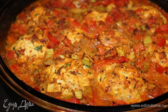 На тефтели выложить готовый соус и поставить их в духовку на 180 градусов на 40 минут.