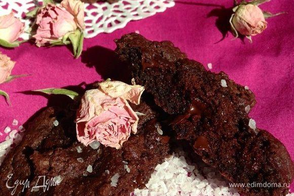 А вот и наше влажное печенье!!! Какое же оно шикарное!!!! О вкусе писАть больше не буду, так как и так уже целую оду написАла!!!! Я не переставала его фотографировать!!! Оно же еще и очень красивое!!!