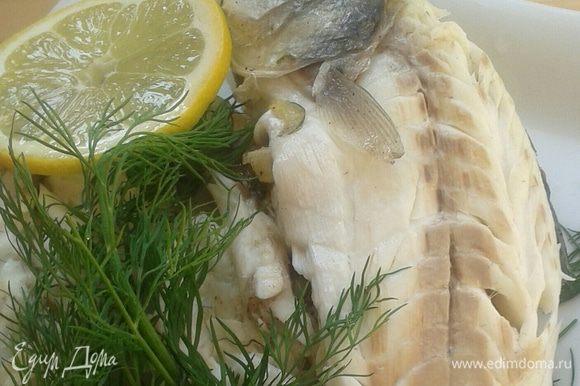 После приготовления «панцирь» из соли разбить молоточком для отбивных. Очистить от кожуры, взбрызнуть лимонным соком, украсить веточкой укропа. Можно подавать!