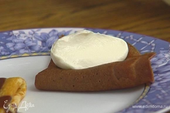 Подавать блинчики со взбитыми сливками и шоколадным соусом.