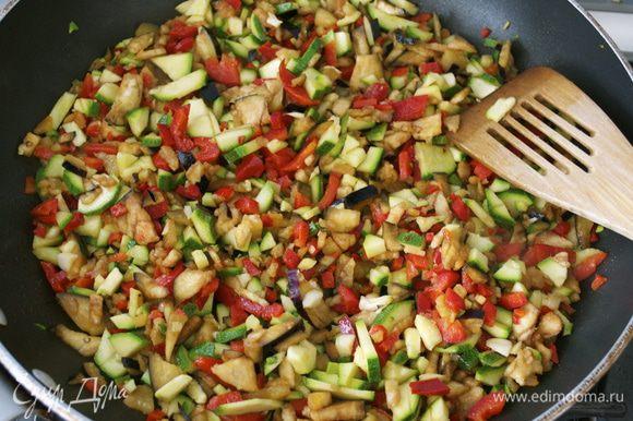 В большой сковороде разогреть оставшиеся 2 ст.л. оливкового масла и выложить овощи. Обжаривать, помешивая 2 минуты.