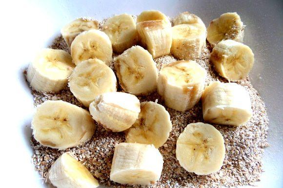 Покрошить бананы в крупу.